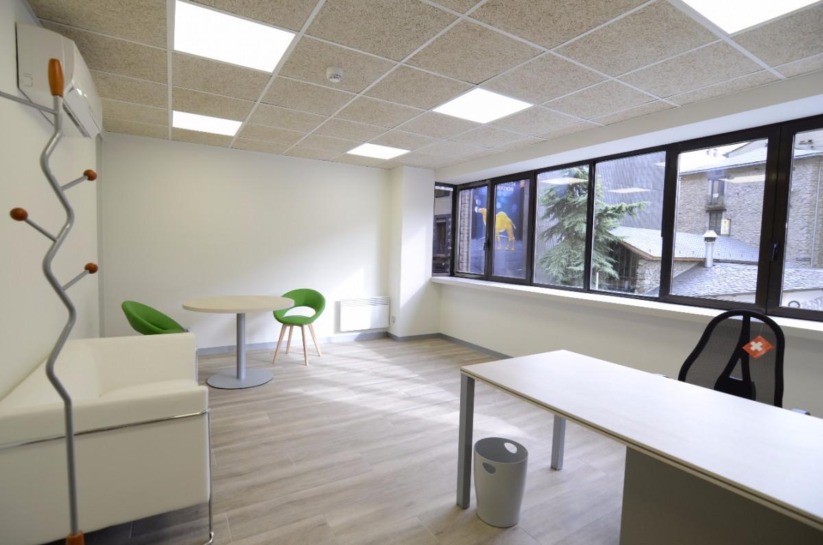 Aquesta oficina està pensada per a una que persona treballi en una petita oficina com a solució econòmica