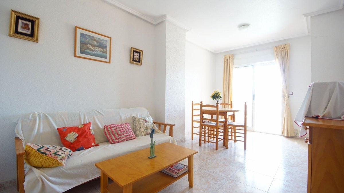 Apartamento orientación sur con dos dormitorios en urbanización cerrada con piscina comunitaria.