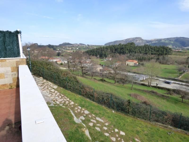 Chalet en venta en Castro Urdiales  de 4 Habitaciones, 2 Baños y 206 m2 por 296.000 €.
