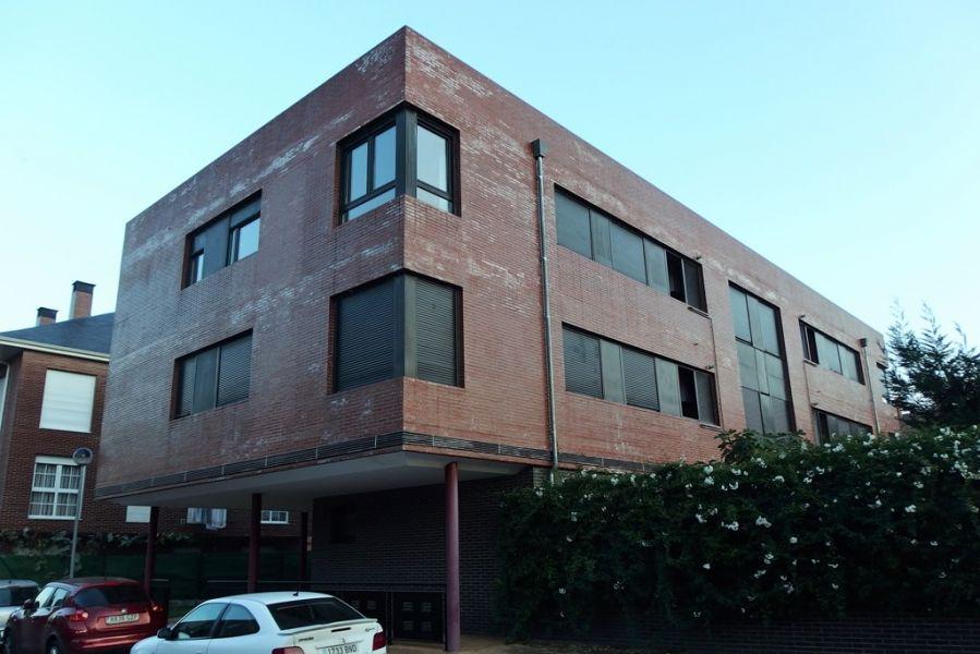 Piso en venta en Los Corrales de Buelna  de 3 Habitaciones, 2 Baños y 93 m2 por 96.000 €.