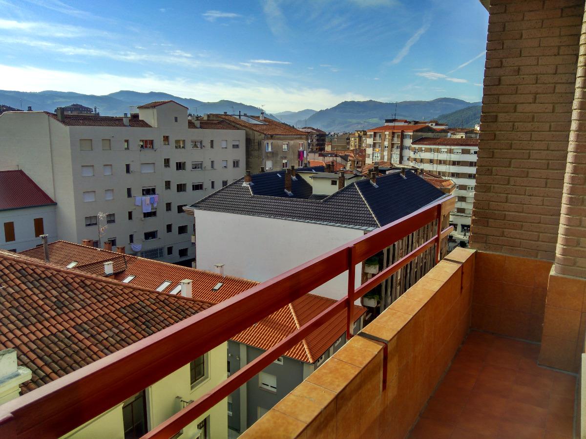 Piso en alquiler en Torrelavega  de 3 Habitaciones, 2 Baños y 158 m2 por 600€/mes.