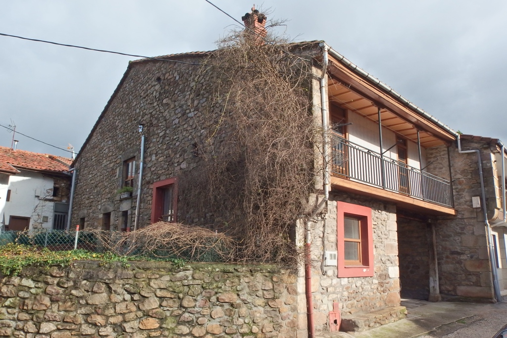 Casa en venta en Los Corrales de Buelna  de 4 Habitaciones, 2 Baños y 258 m2 por 99.800 €.