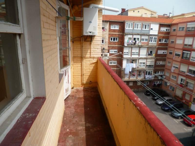 Piso en venta en Torrelavega  de 3 Habitaciones, 1 Baño y 103 m2 por 83.000 €.