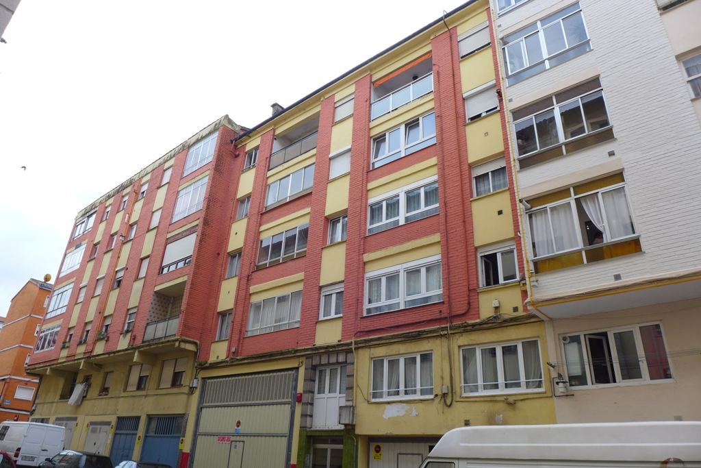 Piso en venta en Torrelavega  de 2 Habitaciones, 1 Baño y 90 m2 por 73.000 €.