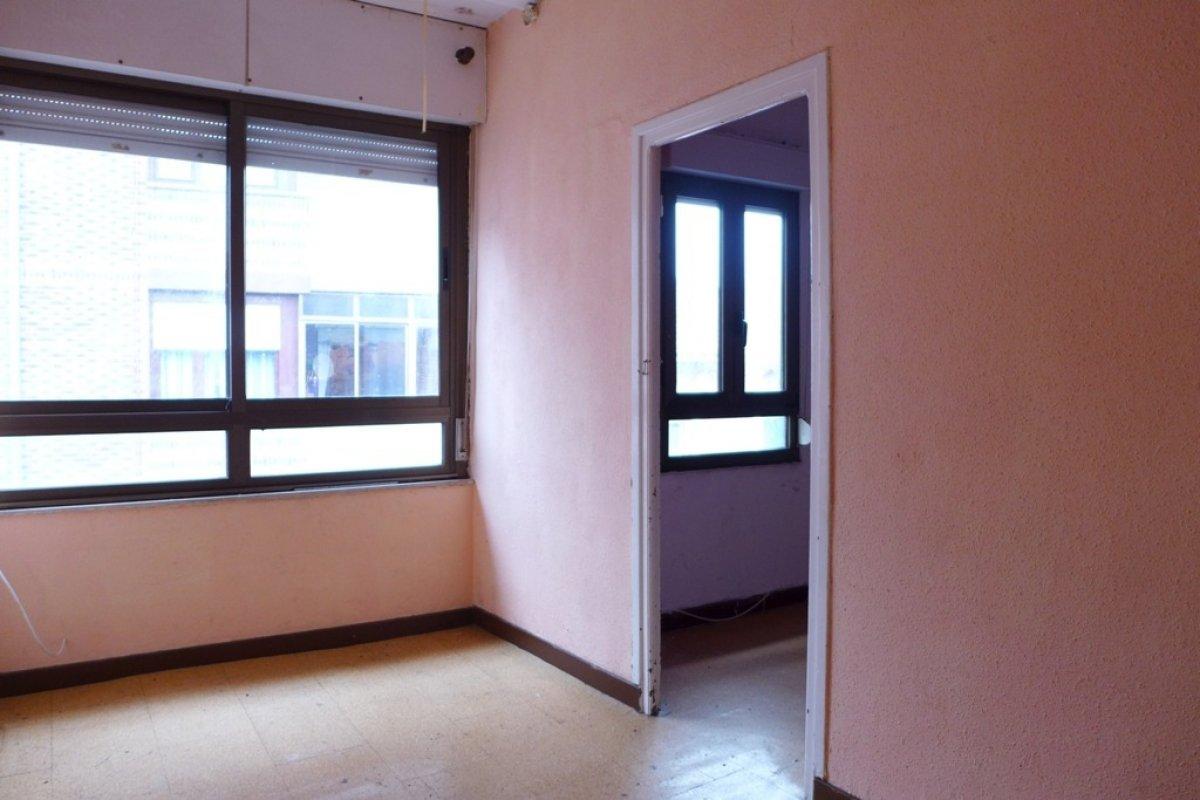 Piso en venta en Torrelavega  de 2 Habitaciones, 1 Baño y 69 m2 por 53.500 €.