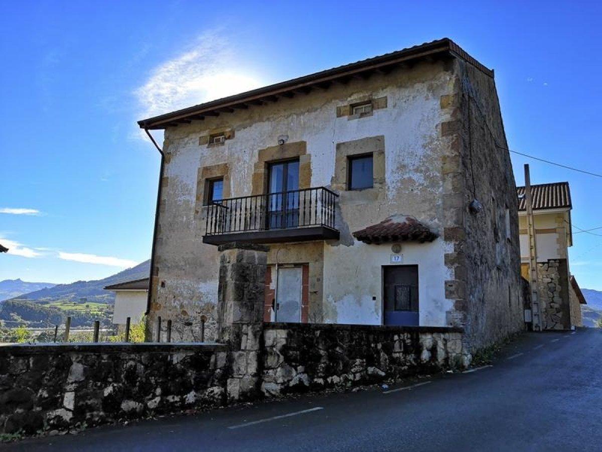 Casa en venta en Barcena De Cicero  de 4 Habitaciones, 2 Baños y 355 m2 por 136.500 €.