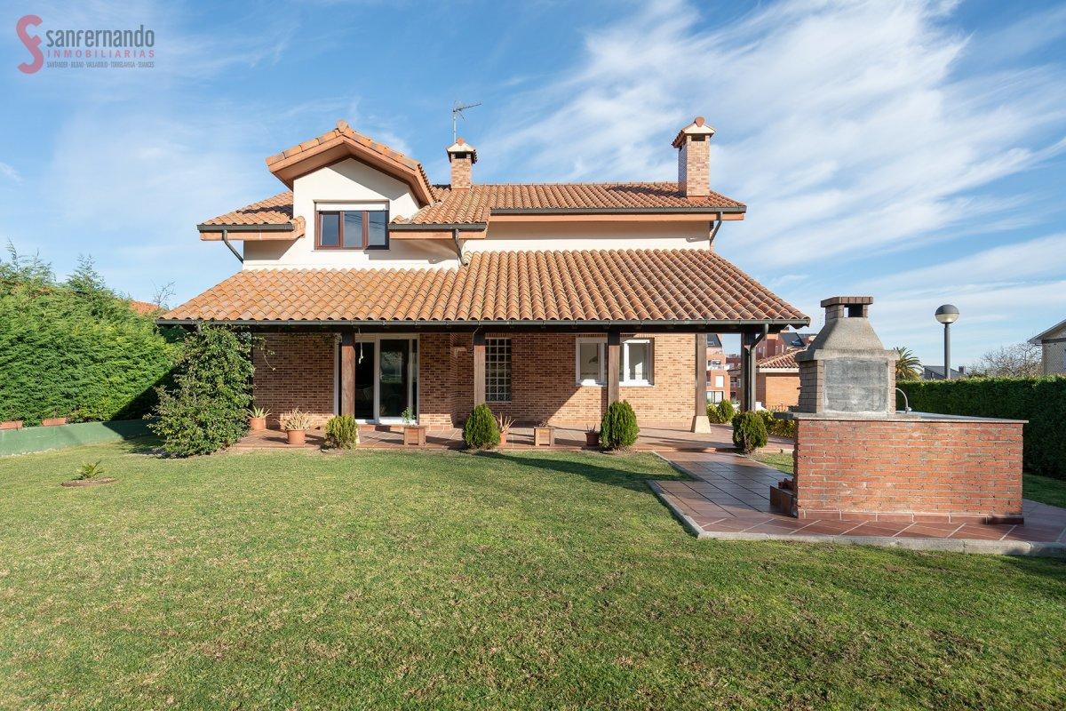Chalet en venta en Miengo  de 4 Habitaciones, 4 Baños y 351 m2 por 390.000 €.