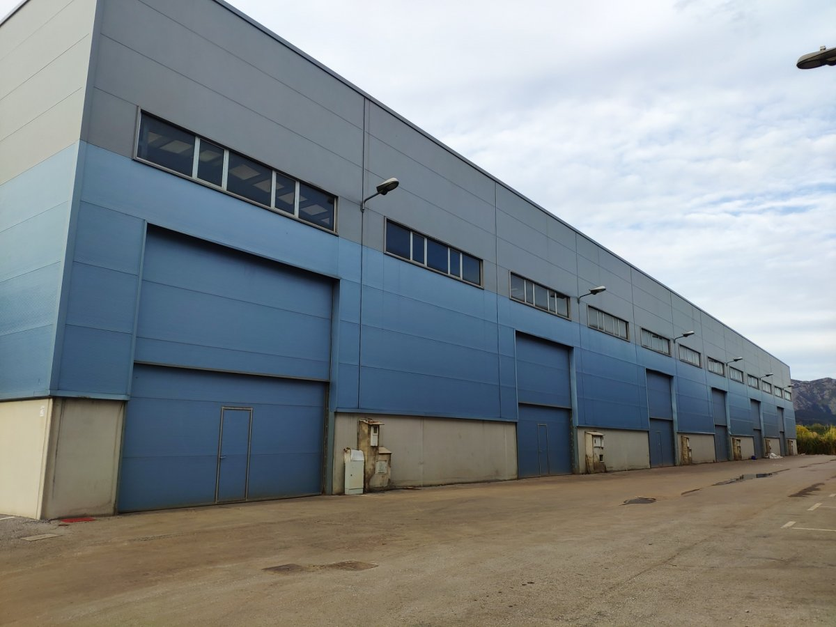 Nave industrial en alquiler en Los Corrales de Buelna  de 400 m2 por 800€/mes.