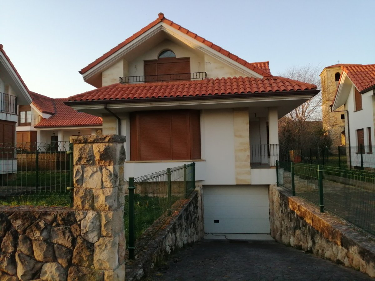 Chalet en venta en Arnuero  de 4 Habitaciones, 2 Baños y 206 m2 por 271.000 €.