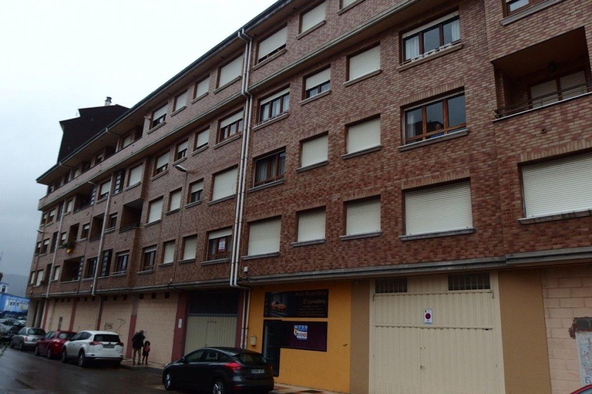 Piso en venta en Los Corrales de Buelna  de 3 Habitaciones, 1 Baño y 86 m2 por 79.674 €.