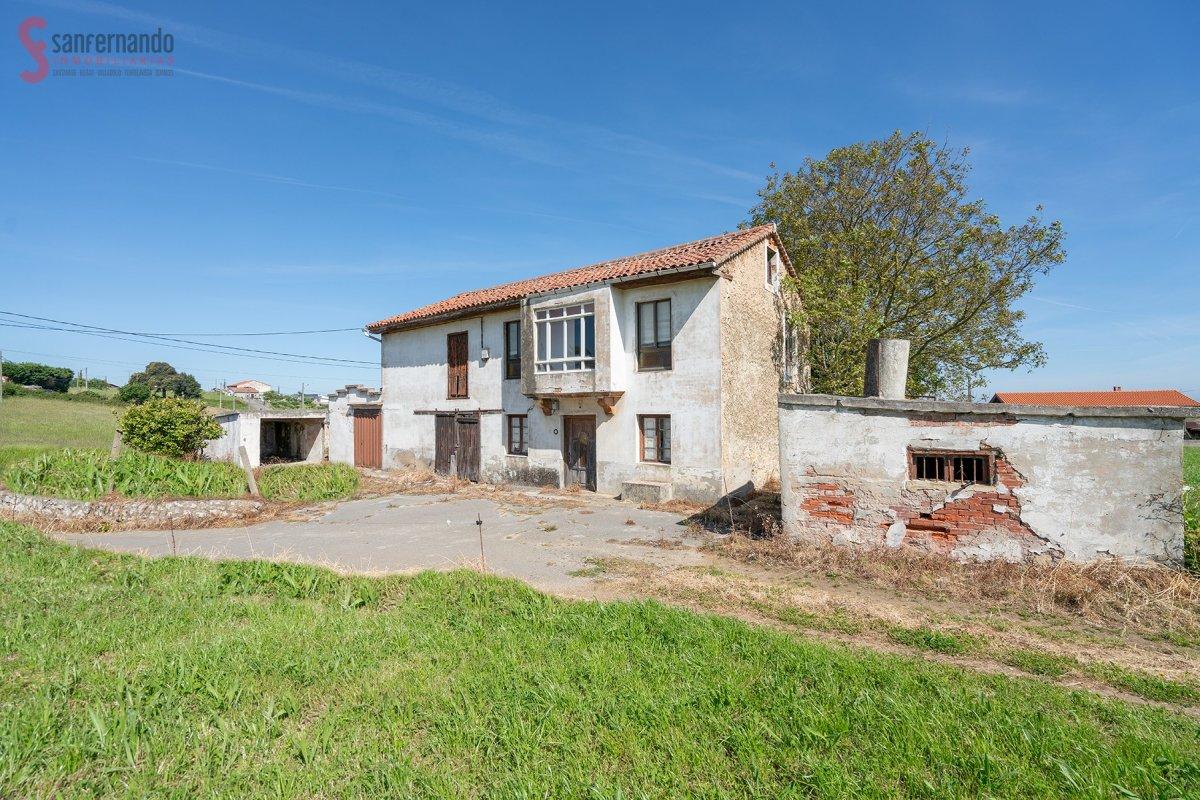 Casa en venta en Miengo  de 5 Habitaciones, 1 Baño y 238 m2 por 114.000 €.