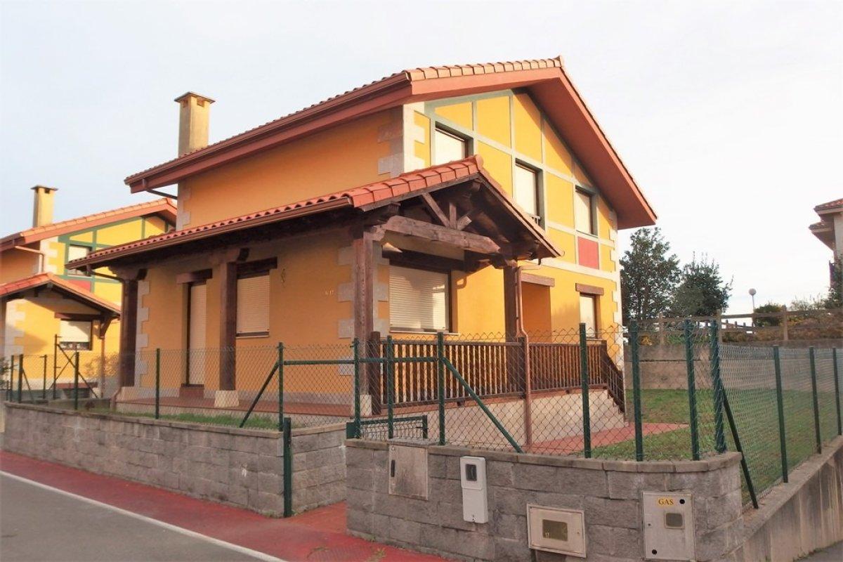 Chalet en venta en Alfoz De Lloredo  de 4 Habitaciones, 3 Baños y 224 m2 por 239.000 €.
