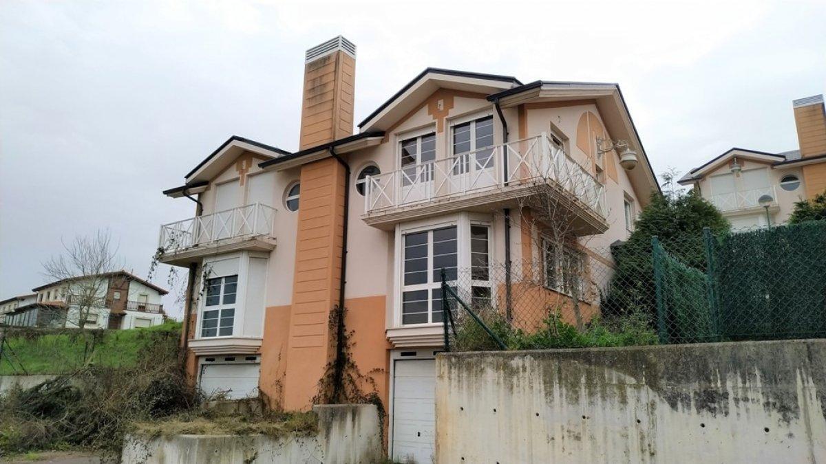 Chalet en venta en Suances  de 3 Habitaciones, 3 Baños y 190 m2 por 190.500 €.