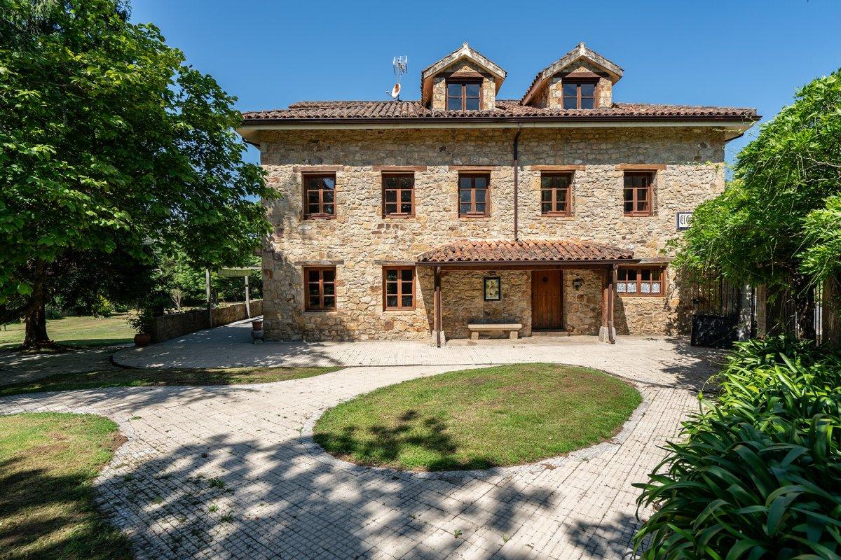 Casa en venta en Riotuerto  de 5 Habitaciones, 4 Baños y 611 m2 por 495.000 €.